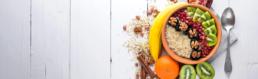 Birchermüesli mit Früchten und Nüssen